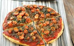 Pizza de cebolla caramelizada, romero y tomates cherrys