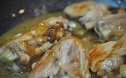 Pollo con salsa de cebolla caramelizada y cerveza.