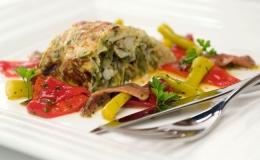 Tortilla de bacalao y ensalada de pimientos, anchoas y guindillas