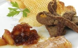 Tiritas de hígado con confitura de cebolla y kaki