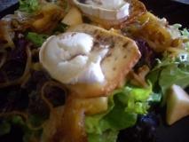 Ensalada de cebolla caramelizada y queso de cabra