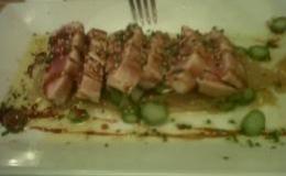 Tataki de atún con salsa de cebolla caramelizada y soja.