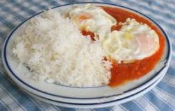 Arroz blanco con salsa de tomate y huevo frito