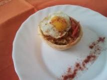Tartaletas de huevos de codorniz con cebolla caramelizada