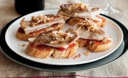 Tosta de secreto ibérico con mermelada de tomate y queso manchego con crujiente de cebolla