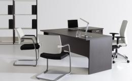 Mesa de oficina Amba en melamina color wengue estructura toda en  madera, tableros de 25 mm. de grosor