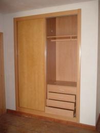 Interior de armario con ropa corta y cajonera de 4...
