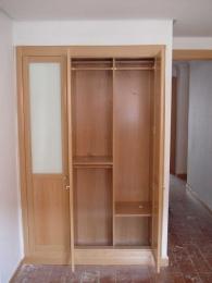 Interior de armario con módulo de ropa larga y...
