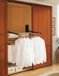 Interior de armario con barra de colgar basculante