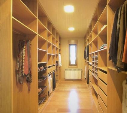Vestidor en roble compuesto por cajones, baldas, ropa corta y larga