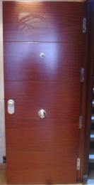Puerta blindada con 4 ranuras en horizontal en...
