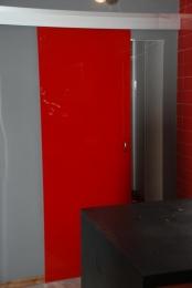 Puerta corredera de cristal templado en color