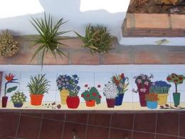 Mural cerámico decorativo para poyete con macetas