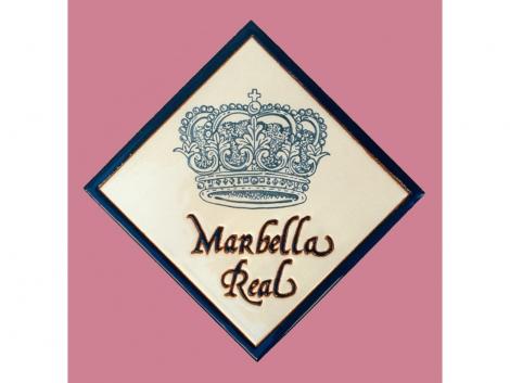 Azulejo de cerámica con logotipo Marbella Real