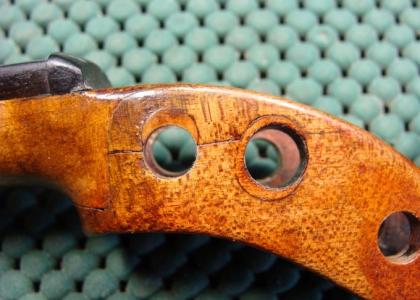 Restauración clavijero tapando agujero con madera según la veta