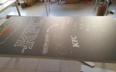 Cartel con impresión en blanco sobre vinilo pizarra y montado en pvc