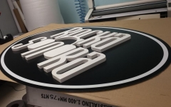 Dibond con impresión toner blanco más coporeo de pvc en 19 mm.