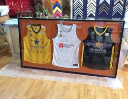 Camisetas de baloncesto en una urna